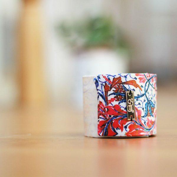 Bracelet manchette en soie dans un bel emballage de la soierie lyonnaise Maison Sans pour le petit je ne sais quoi