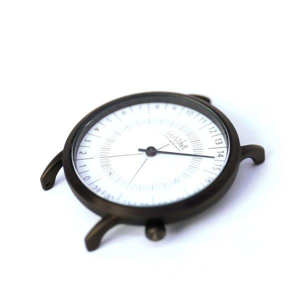 Cadran blanc d'une montre 24h, le fond est blanc le petit je ne sais quoi