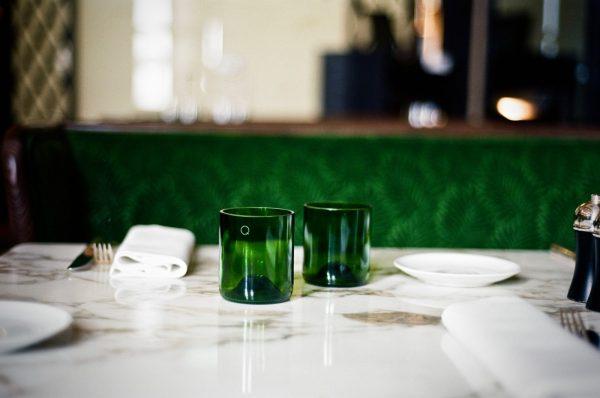 Deux verres q de bouteille installées sur une table de bistrot pour le petit je ne sais quoi