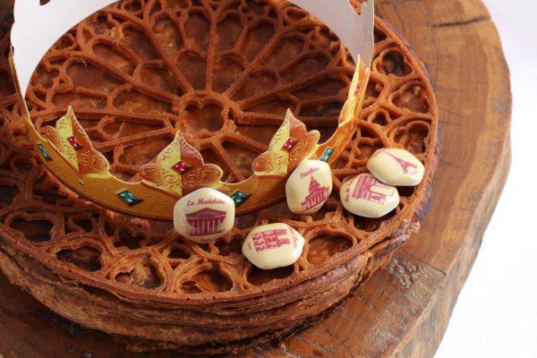 Elégante galette des rois avec des fèves à l'effigie des monuments de Paris le petit je ne sais quoi