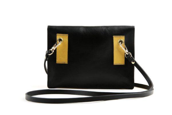 dos du sac banane angele de la marque atelier battus lpjnsq lepetitjeneshaisquoi fond blanc le sac est noir