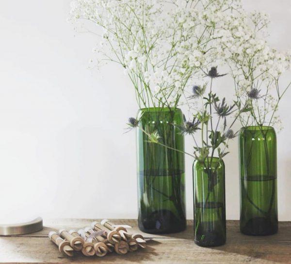 Trois bouteilles transformées en vase très belle composition avec des q de bouteille pour le petit je ne sais quoi